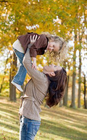 mujer sola: Madre e hija se divierten juntos