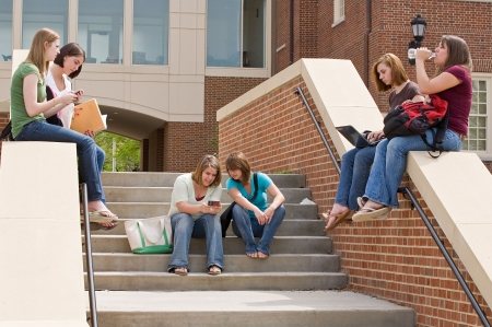 texting: Groep van college Girls on campus studeren