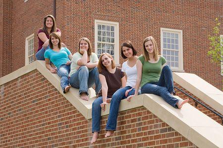 Groep van college Girls op campus Stockfoto