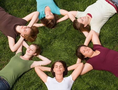girotondo bambini: Gruppo di College Girls in un cerchio