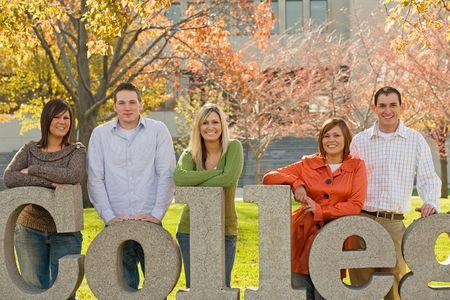 Universitarios en los terrenos del campus Foto de archivo - 6105717