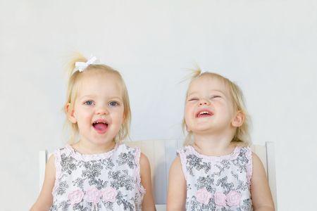 웃고있는 재미있는 쌍둥이들 스톡 콘텐츠