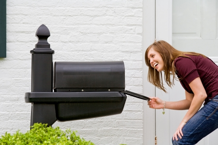 젊은 여자가 우편을 확인 중입니다.