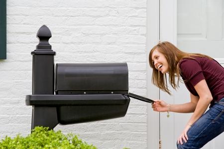buzon de correos: Mujer joven buscando mail Foto de archivo