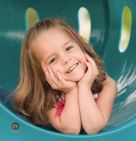 ni�os en recreo: Chica jugando en la animaci�n Foto de archivo