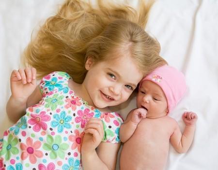 Schwester, die Verlegung mit neuen Baby Sister Standard-Bild - 7011826