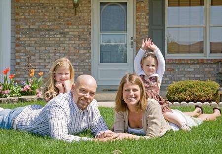 Familie in hun Front Yard  Stockfoto - 7372369