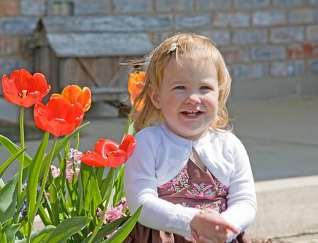 Little Girl Sitting Outside Banque d'images