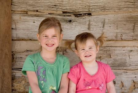 Zwei Schwestern, die Big Lächeln in vor der Startseite  Standard-Bild - 7447814