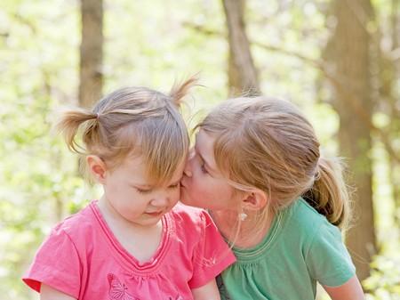 Schwestern anzeigen Affection for each other  Standard-Bild - 7447806