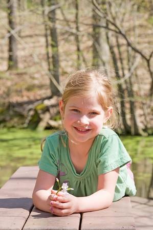 Cute Little Girl spielen im Park Standard-Bild - 7447801