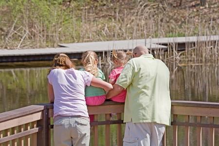 Familie Blick auf das Wasser auf der Station  Standard-Bild - 7484585