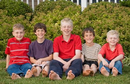 함께 즐거운 시간을 보내는 다섯 사촌