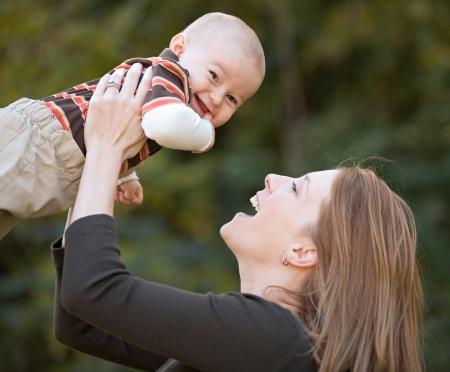 Mutter und Baby spielen Standard-Bild - 22646527