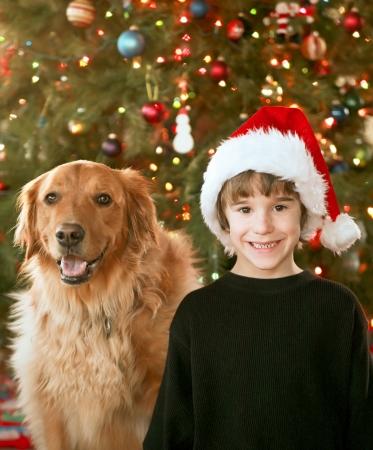 Junge und Hund zu Weihnachten Standard-Bild - 23246184