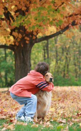 Junge und Hund im Herbst Standard-Bild - 23247862