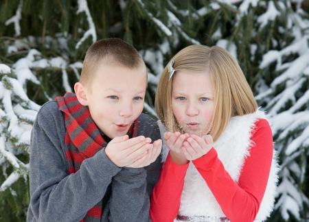 Kinder machen einen Wunsch Schneetreiben Standard-Bild - 24515551