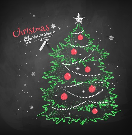 Kleur krijt vector schets van de kerstboom versierd met ballen, slingers en ster op zwart bord achtergrond. Stock Illustratie