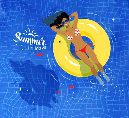 schwimmring: Junge Frau auf dem schwimmenden gelben Gummiring ruht Pool Wasser Hintergrund auf Schwimmen.