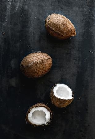 cocotier: Enti�res et bris�es noix de coco plus grunge sombre toile de fond