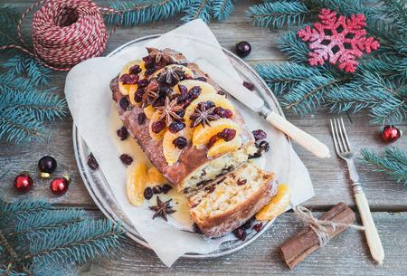 madera r�stica: Mandarina de Navidad y ar�ndano pastel picante con adornos navide�os sobre un fondo de madera r�stica, enfoque selectivo