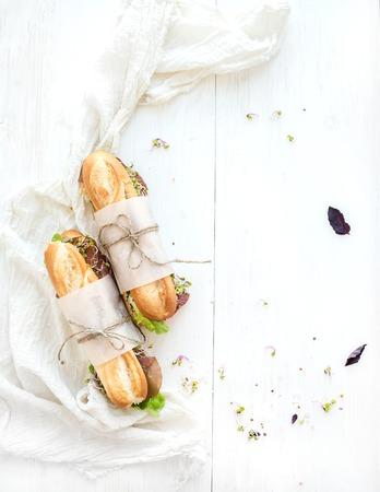 牛肉、新鮮な野菜、白い木製の背景、トップ ビューでハーブ入りのサンドイッチをコピー スペース