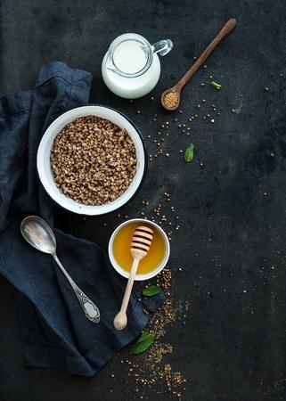 leche: Avena, cocinados con leche y miel en grunge oscuro tel�n de fondo. Vista superior, espacio de la copia Foto de archivo