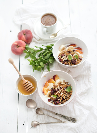 yogur: Desayuno saludable. Taz�n de granola de avena con yogurt, fruta fresca, menta y miel. Taza de caf�, cubiertos de la vendimia. Vista superior Foto de archivo