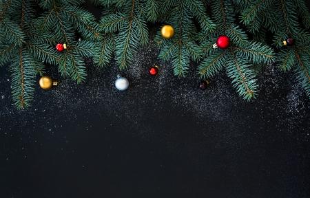 kopie: Vánoce a Nový rok dekorace na pozadí: kožešiny-větve, barevné skleněné koule na černém grunge pozadí s kopií vesmíru