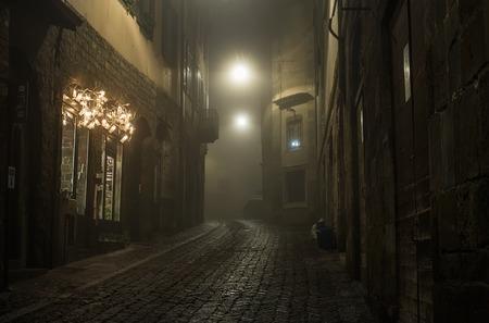 Vecchia via vuota stretta europea di una città medievale in una serata nebbiosa. Preso a Bergamo, Città Alta