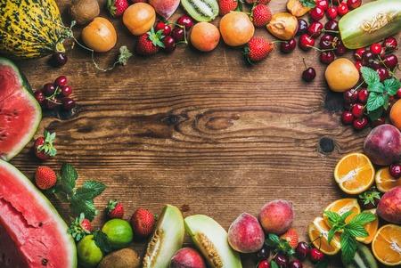 素朴な木製の背景、トップ ビュー, コピー スペース, 上夏新鮮な果物の様々 な水平方向の組成 写真素材