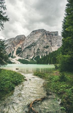 Lago di Braies 또는 Frags-Sennes-Braies 자연 공원의 Pragser Wildsee. 북 이탈리아에서 백 운 석 알프스에서 발레 디 Braies에서 녹색 숲에 둘러싸인 분명 에메랄드