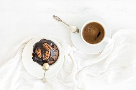 Délicieux muffin brun fait maison avec glaçage à la ganache au chocolat et noix de pécan, tasse de café noir. Vue de dessus Banque d'images - 88437872