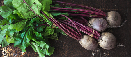 Bunch of fresh garden beetroot over grunge rusty metal backdrop, top view Stockfoto