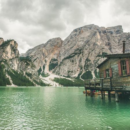 Lago di Braies 또는 Prages Wildsee에서 Fanes-Sennes-Braies 자연 공원, 광장 작물. 북 이탈리아에서 백 운 석 알프스에서 발레 디 Braies에서 분명 에메랄드 바다와