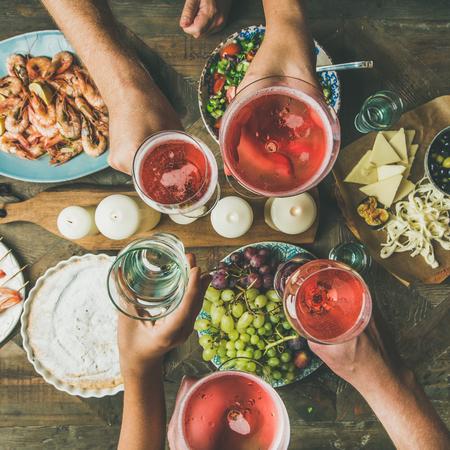 食べ物と休日のお祝いのテーブルの設定。一緒に食べたり飲んだりする友人のフラットレイ。パーティーを持っている人々のトップビュー, 集まり,
