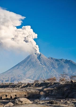 uitbarsting: de uitbarsting van de Merapi in Yogyakarta, Indonesië. De vulkaan is nog steeds roken! Stockfoto