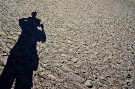 a fathers shadow supports a child on the beach Stock fotó