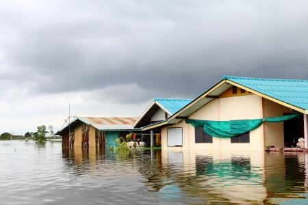 雨の雲の下で水浸しになった家