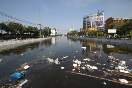 rd: THAILANDIA Flood Bang Khen Citt� 04112011 Causa di floaing problemi di immondizia e batteri, Phaholythin Road. BANGKOK. Editoriali