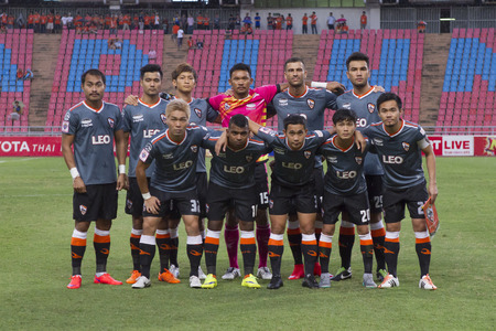 BANGKOK, THAILAND: juni 2015: 11 Opstellingen van Chiang Rai Verenigde tussen Osotsapa M150 vs Chiang Rai United op Rajamangala National Stadium; inThai Premier League on19July2015, Bangkok Thailand.