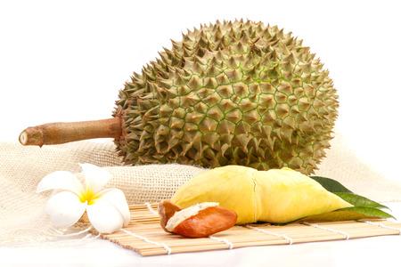 Durian: Thái Lan trái cây từ vườn. cô lập trên nền trắng.