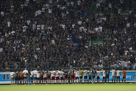 fa: BANGKOK,THAILAND:August 2015:Football fans glad of Buriram UTD in football Chang FA Cup round of 16 teams between BANGKOK GLASS FC and BURIRAM UNITED at LEO Stadium on August,12,2015inThailand. Editorial
