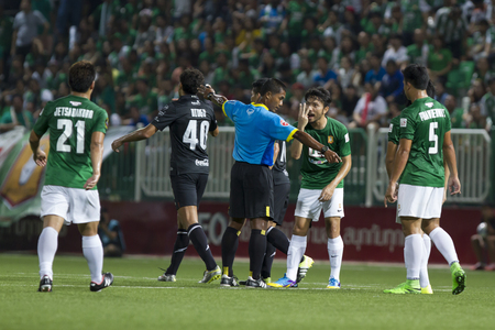 fa: BANGKOK,THAILAND:August 2015:The referee scheduled the free-kick in football Chang FA Cup round of 16 teams between BANGKOK GLASS FC and BURIRAM UNITED at LEO Stadium on August,12,2015inThailand.