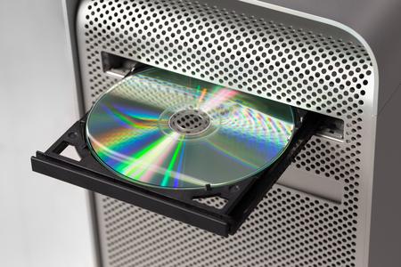DVD CD ROM su un computer aperto per mostrare il disco. Vista dall'alto