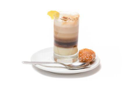 Koffie met melk, kaneel en citroen. Op witte achtergrond
