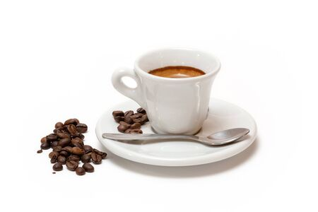 Tasse de café avec du lait et des grains de café grillés. Fond blanc isolé Banque d'images