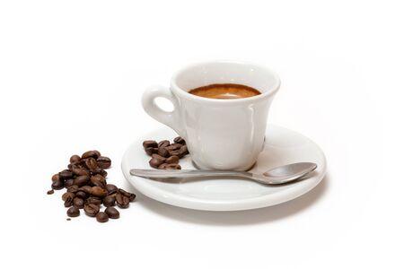 Taza de café con leche y granos de café tostados. Fondo blanco aislado Foto de archivo