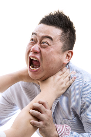 suffocating: Lo stress uomo asiatico in camicia soffocato con sfondo bianco isolato. Archivio Fotografico