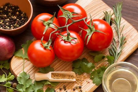 heap: Ingredients for cooking sauce. Sprig of tomatoes, parsley, garlic, mushrooms, pepper pots, mustard seeds.